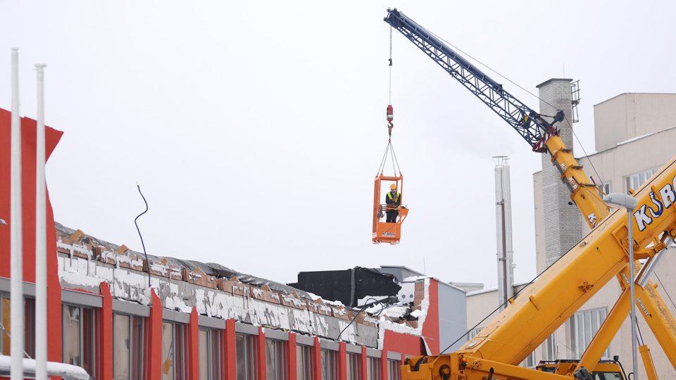 Odklízení trosek zřícené střechy v České Třebové