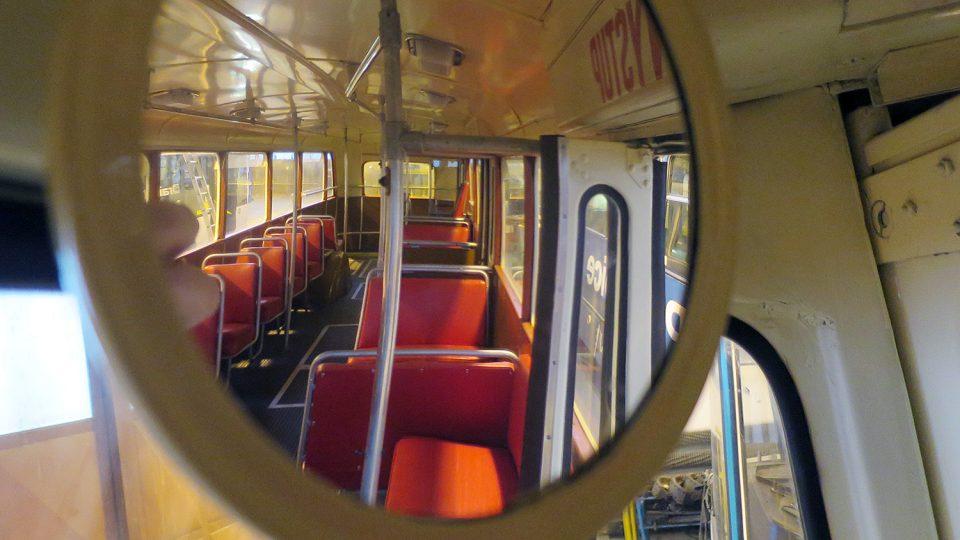 Interiér historického trolejbusu Škoda Tr 8