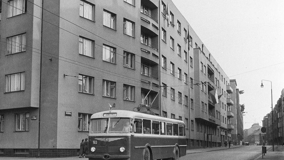 Trolejbus Škoda 7Tr před rokem 1960 opouští dnešní Sladkovského ulici a míří do Bohdanče