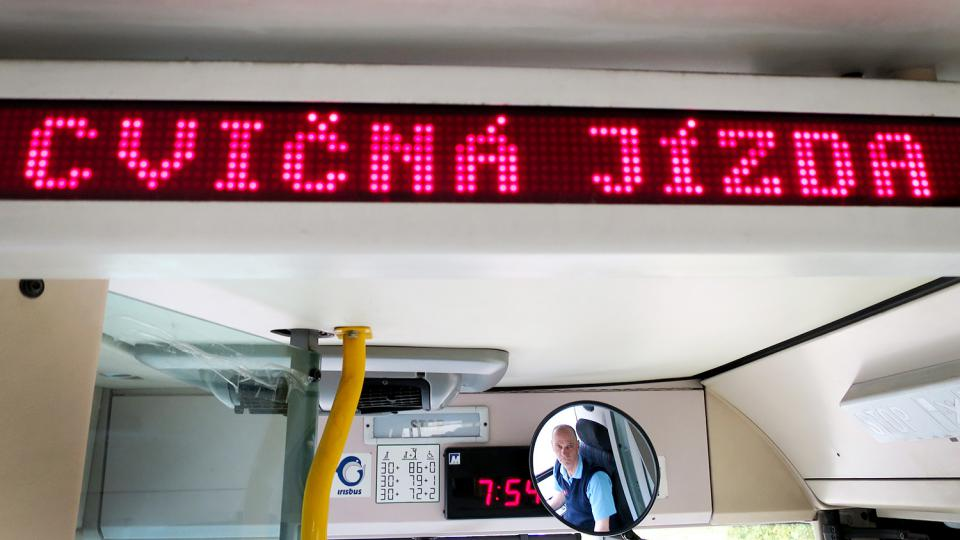 Martin Novoný při závěrečné zkoušce řidiče trolejbusu Foto Tereza Brázdová