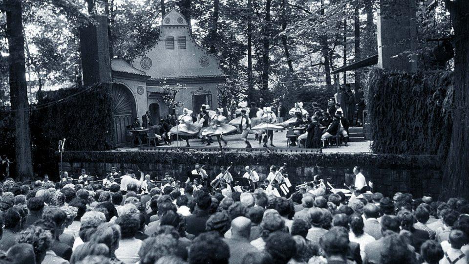 Inscenace Prodané nevěsty v provedení pražského Národního divadla v zámeckém amfiteátru v roce 1955