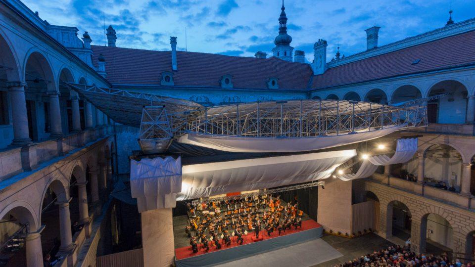 Při nepřízni počasí se i během představení může vysunout zastřešení druhého nádvoří zámku