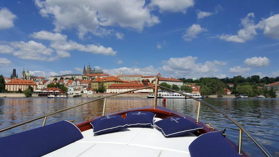 Cestou do Čertovky váš fotoaparát určitě zachytí panorama Pražského hradu