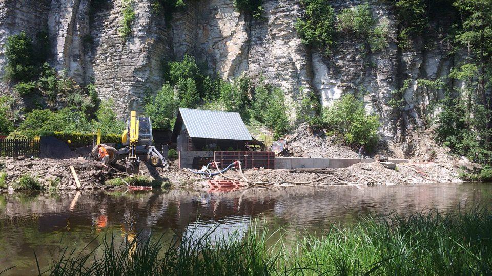 U Divoké Orlice v Žamberku vylévají betonovou protipovodňovou zeď