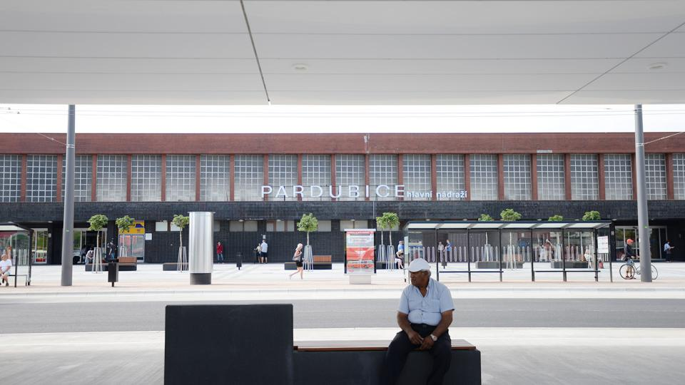 Před pardubickým nádražím lidé nastupují do autobusů na nových krytých nástupištích
