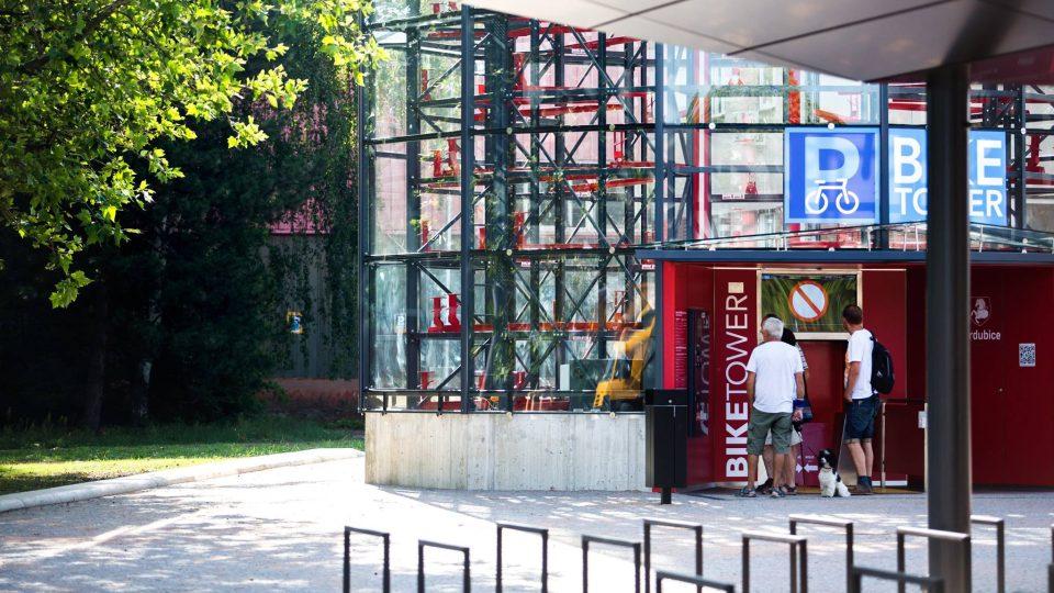Parkovací věž BIKETOWER u pardubického nádraží