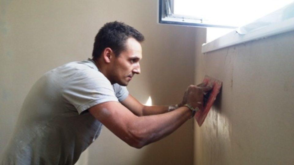 Řemeslníci dokončují vnitřní omítky