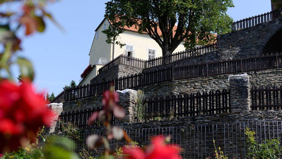 Gotickou zahradu a mohutné opevnění hradu vybudovali páni z Boskovic na konci 15. století