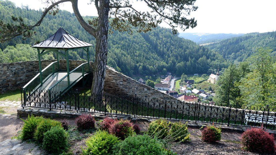 V posledních letech se podařilo zlepšit průhled na městys Svojanov a v zahradě vznikl také vyhlídkový altán