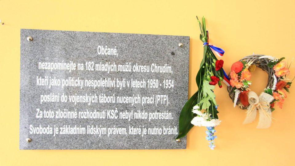 Pěmetní deska věnovaná členům pomocných technických praporů v Chrudimi