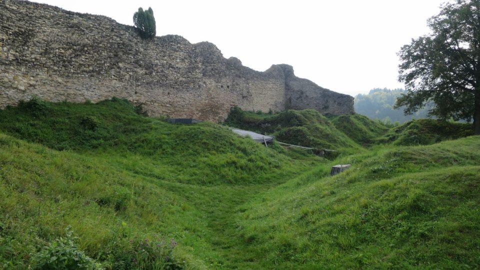 Pozůstatky obytných budov v areálu hradu Lanšperk