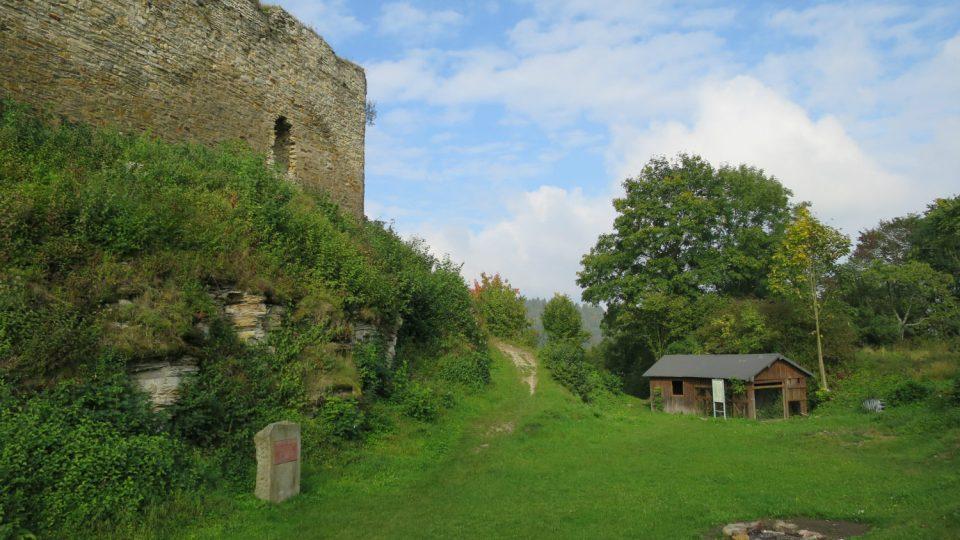 Hradební zeď a vstup do areálu hradu
