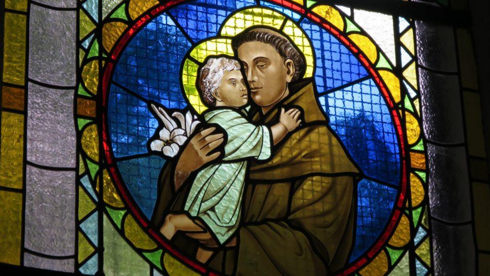 Vitráže v oknech Horákovy kaple pocházejí až z poloviny 20. století