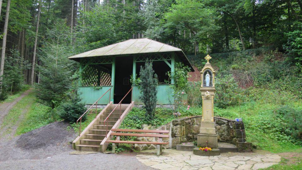 Studánka a místo pro odpočinek u Horákovy kaple