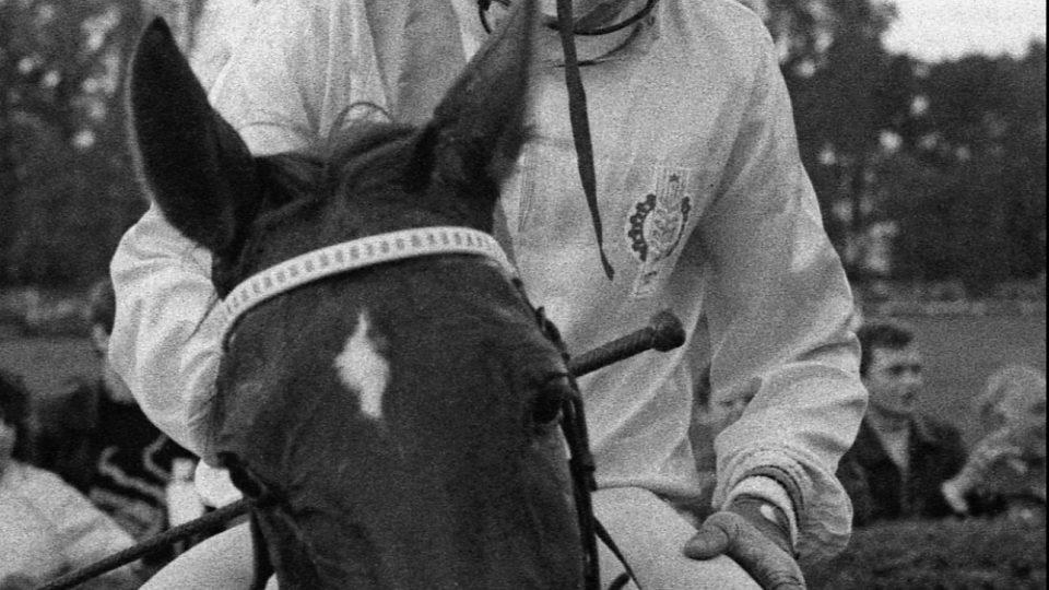 Josef Váňa podruhé vítězí se Železníkem na 98. ročníku Velké pardubické v roce 1988