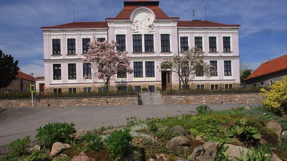 Budova školy v Osíku pochází z roku 1912
