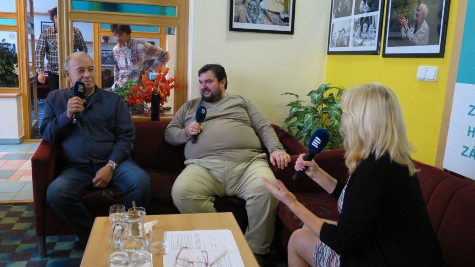 Tomáš Magnusek, Ivan Vyskočil a Lada Klokočníková v radioklubu Českého rozhlasu Hradec Králové