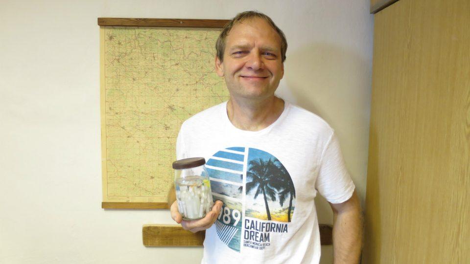 Jan Dolanský spravuje a rozšiřuje sbírku pavouků