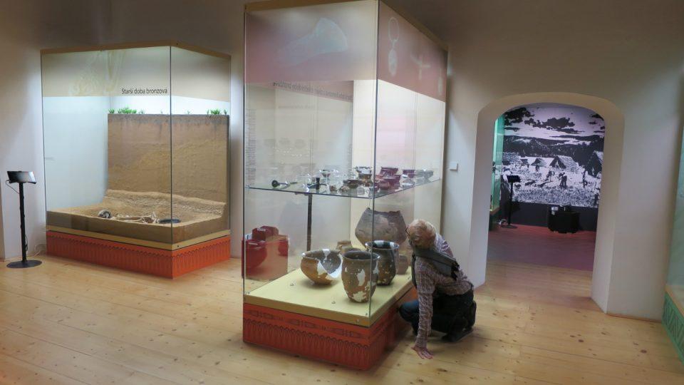 Kurátor archeologické sbírky Jan Jílek v expozici muzea
