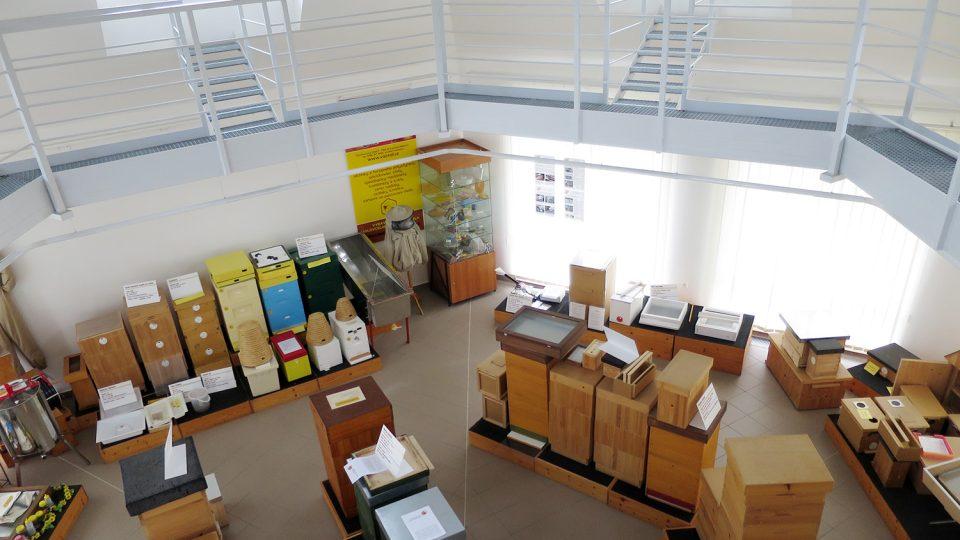 Moderní hala včelařských technologií