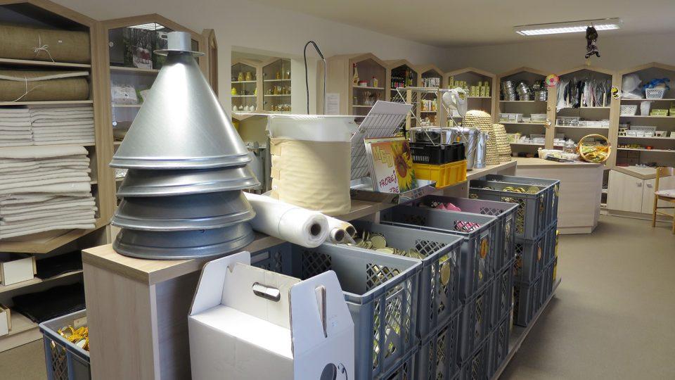 Včelařské učiliště provozuje i vlastní prodejnu včelařských potřeb