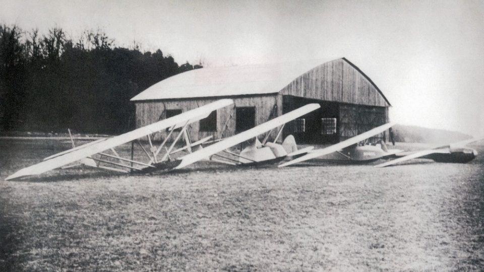 Hangár postavený v roce 1938 firmou Sodomka stojí na vysokomýtském letišti dodnes. Ze sbírek Regionálního muzea ve Vysokém Mýtě