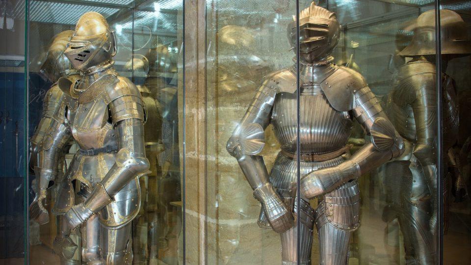 Jezdecká turnajová zbroj z 16. století