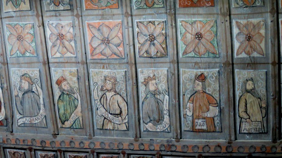 Dřevěný strop lodi pochází ze 17 století a zdobí ho postavy starozákonních proroků a ornamentální motivy