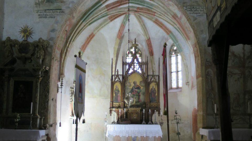 Pohled do lodi a kněžiště kostela sv. Bartoloměje
