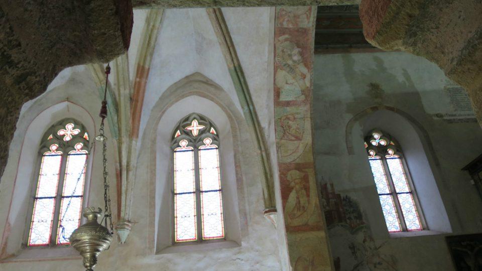 Vnitřní stranu Triumfálního oblouku zdobí působivé gotické portréty