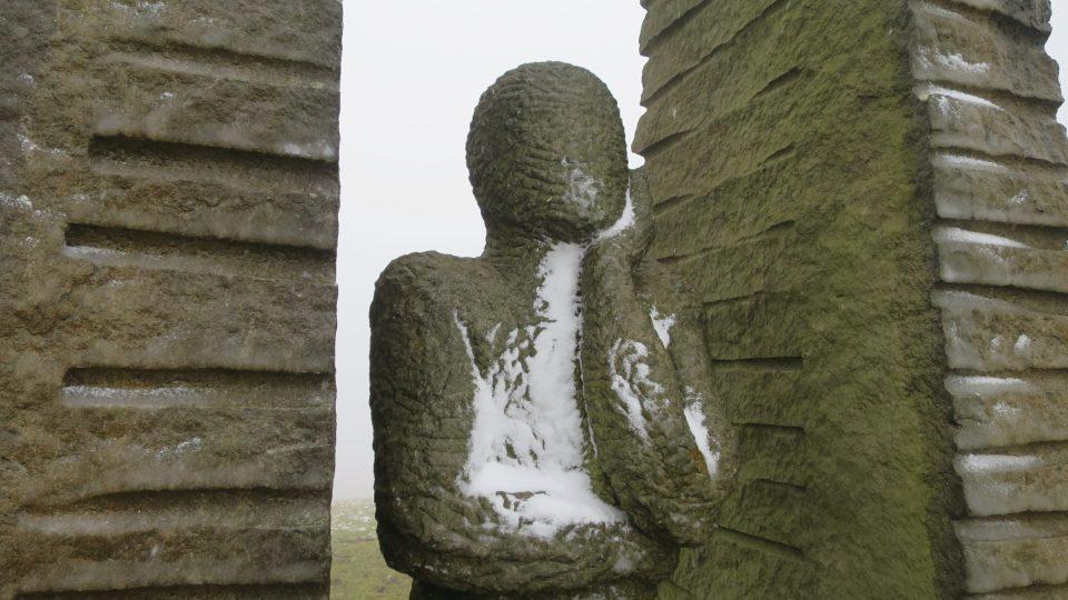Pozorovatel sochaře Karla Emila Wiele shlíží z Mariánksého kopce směrem k západu a Orlickým horám