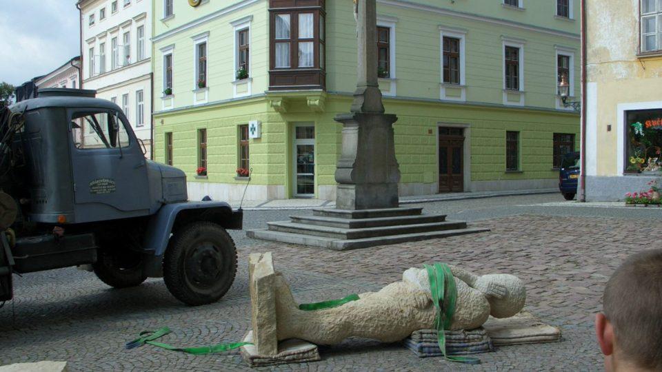 Socha Pozorovatele v létě 2005 na náměstí v Králíkách