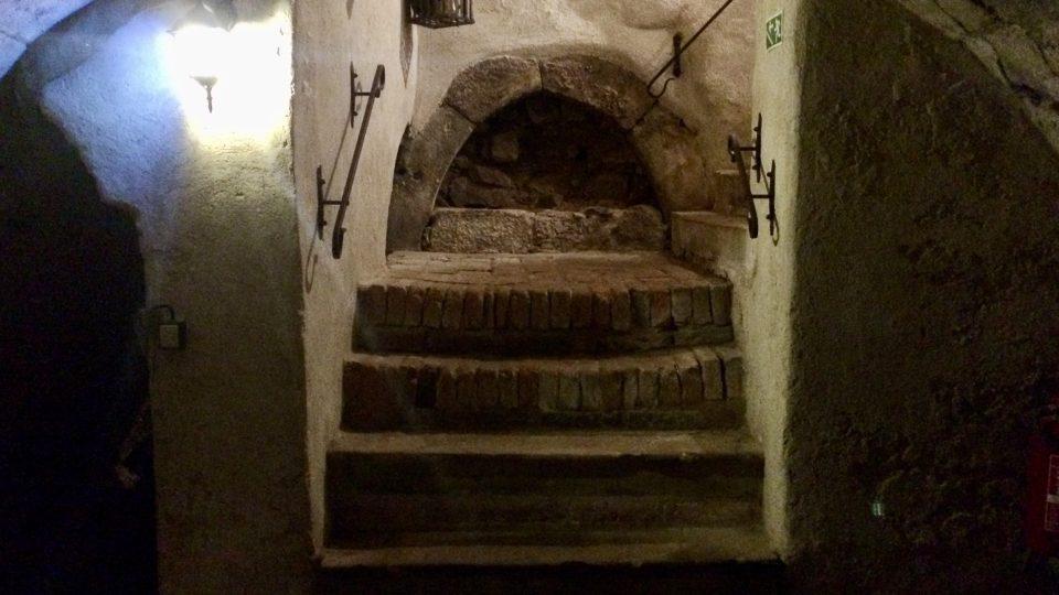Jeden z několika zazděných portálů zámeckého sklepení