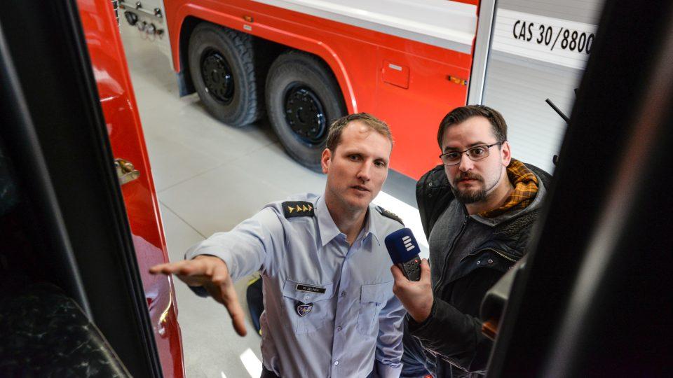 Vzadu v autě mají hasiči dýchací přístroje, které si mohou obléct za jízdy, popisuje reportérovi Českého rozhlasu Pardubice velitel jednotky Vít Jelínek
