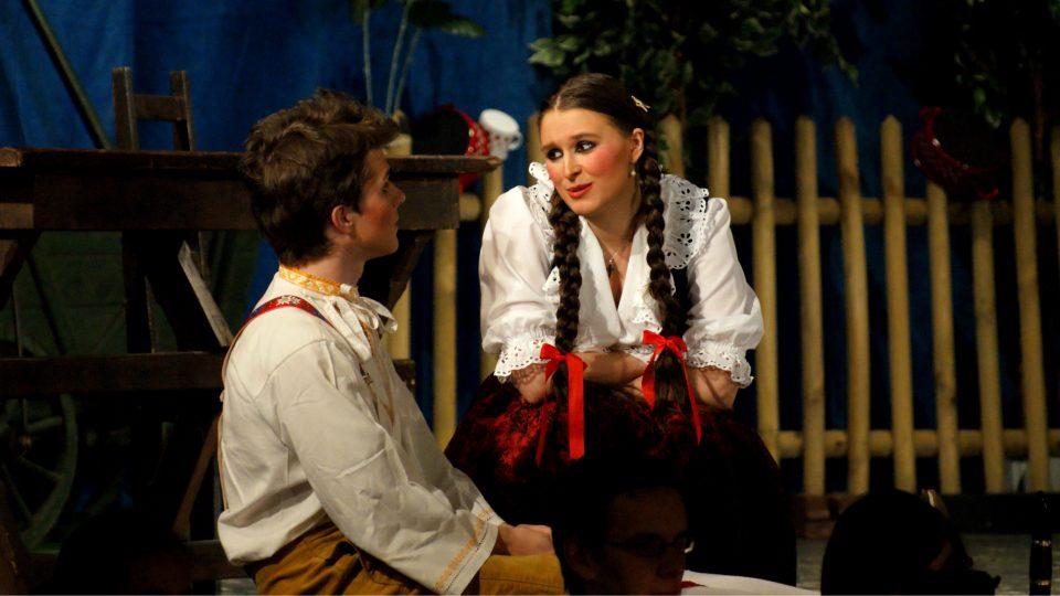 Snímek z představení Prodaná nevěsta z roku 2012, v hlavních rolích se představili Lucie Vágenknechtová a Petr Nekoranec