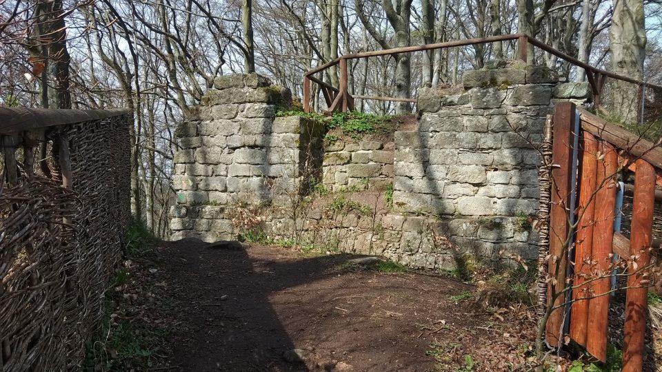 Pozůstatky středověkého hradu Žampach