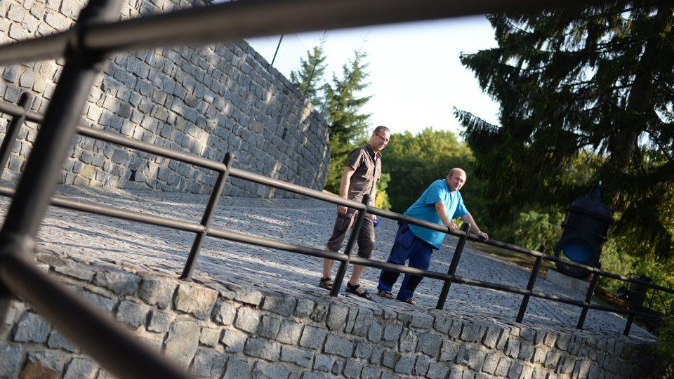 Redaktor Josef Kopecký zjišťuje aktuální situaci od hrázného Jiřího Horského