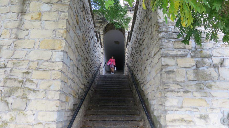 Schody vedoucí k fortně směrem ze Soukenické ulice