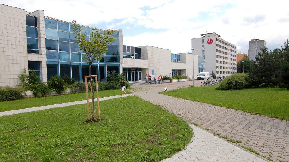 Pohled na univerzitní kampus, aula, knihovna, pavilon D vysokoškolských kolejí