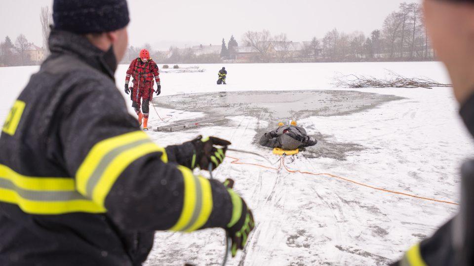 Zachraňovanou osobu je nejdříve nutné naložit na nosítka a následně dotáhnout k břehu