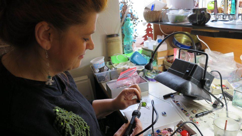 Šperkařka Monika Jará při práci