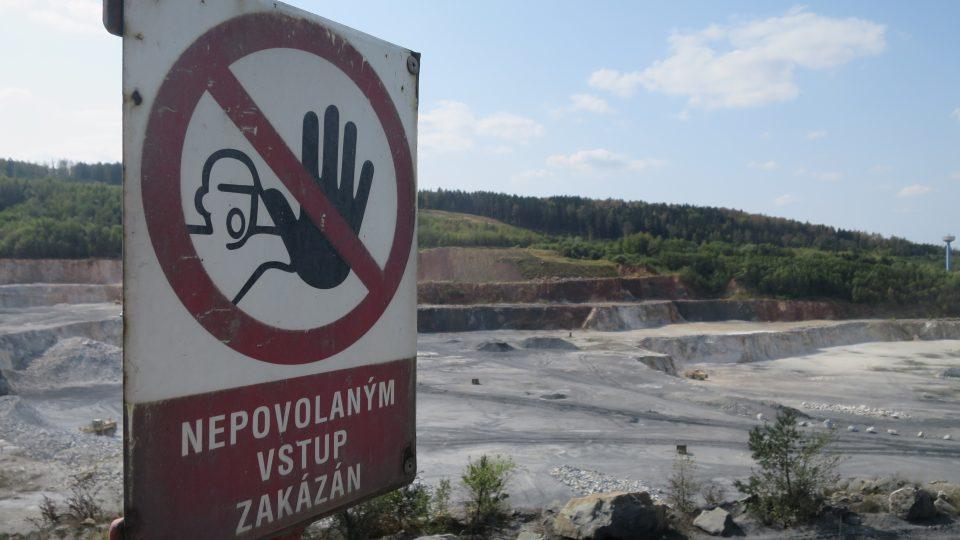 Těžební jáma lomu v Prachovicích