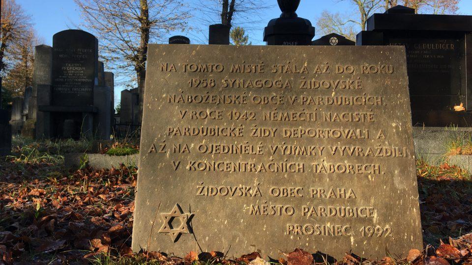 Deska původně umístěná na Domě služeb je nyní uschována na pardubickém židovském hřbitově