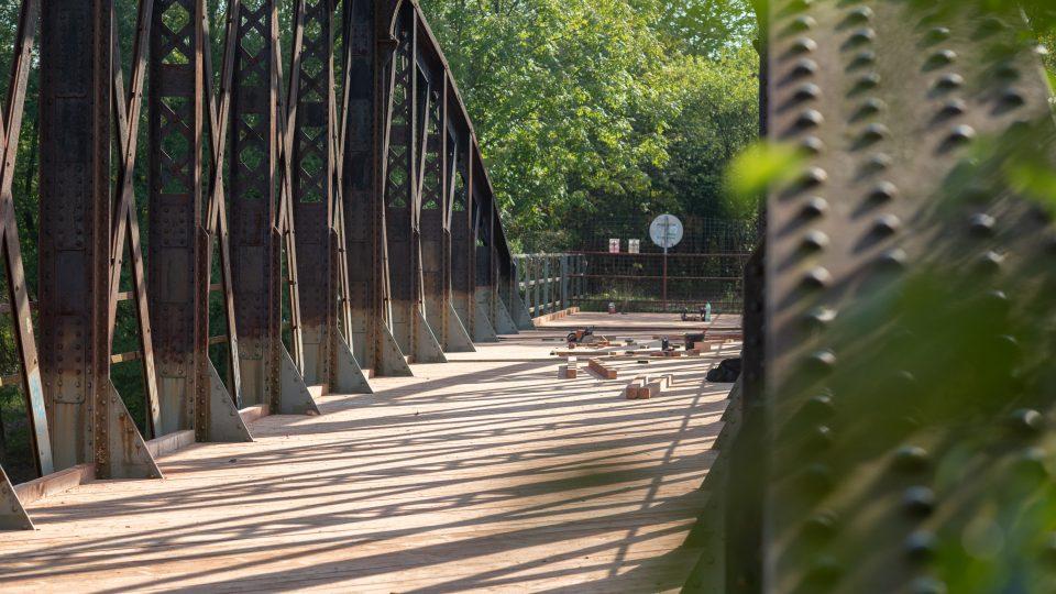 Konstrukce mostu je v dobrém stavu, dřevo se ale několik desítek let rozpadalo. Teď ho tesařská firma kompletně vyměnila