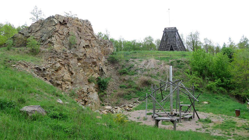 Čertova skalka, rozhledna Bára a veřejné ohniště