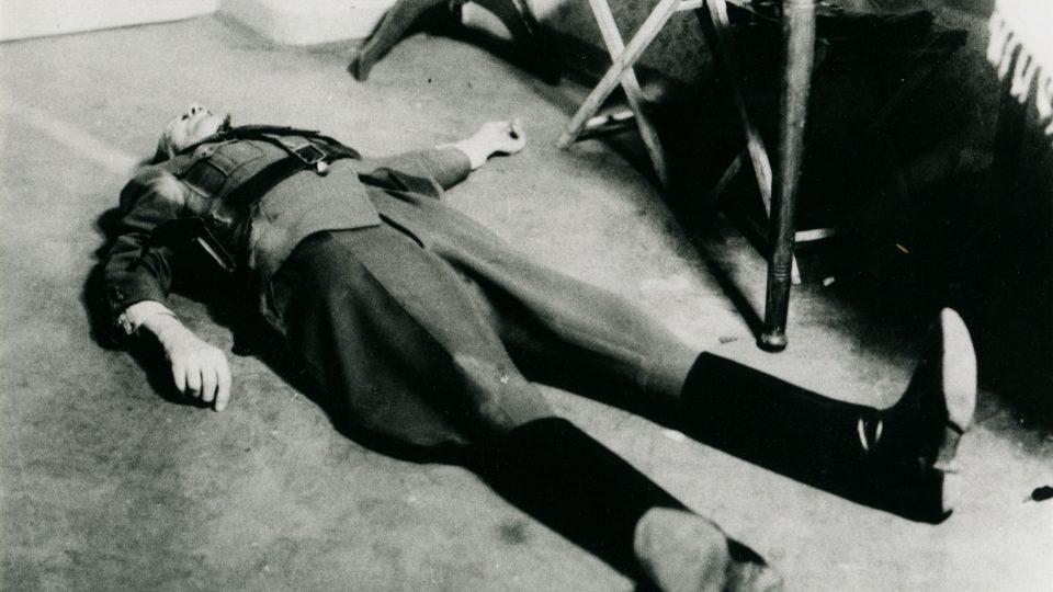 Zastřelený poručík Trnka na schodišti na pardubickém gestapu