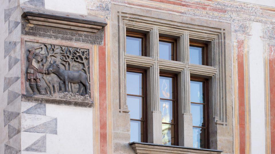 Reliéf rodové pověsti Pernštejnů na Pernštýnském náměstí