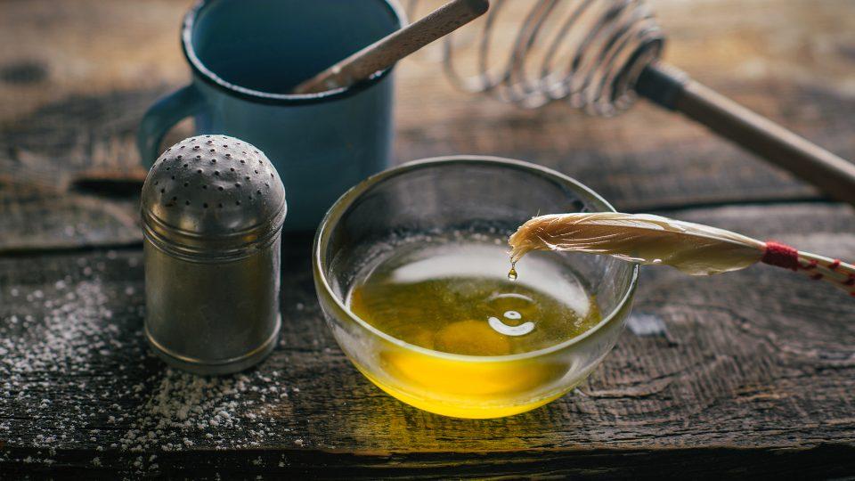 Přepuštěné máslo se dostává zpět do českých kuchyní