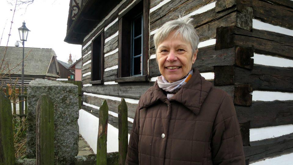 Etnografka Ilona Vojancová v památkové rezervaci Betlém v Hlinsku