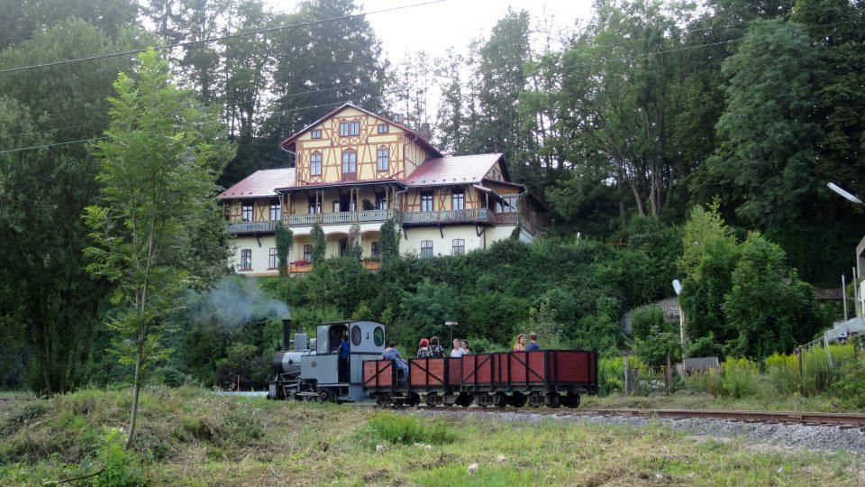 Parní lokomotiva na úseku dráhy před areálem Vonwillerovy továrny